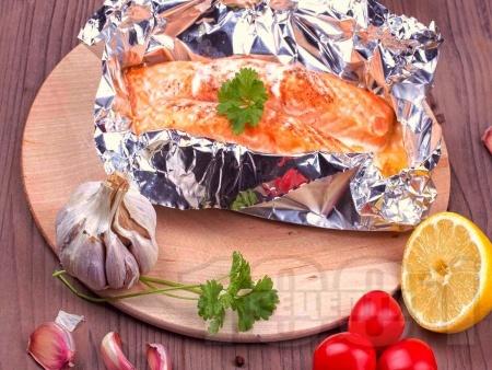 Печена риба сьомга с домати и лимон във фолио на фурна - снимка на рецептата